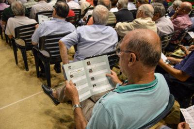 Tete Rodríguez ojeando la revista